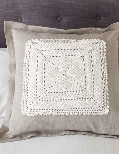 cojín con aplicación a crochet