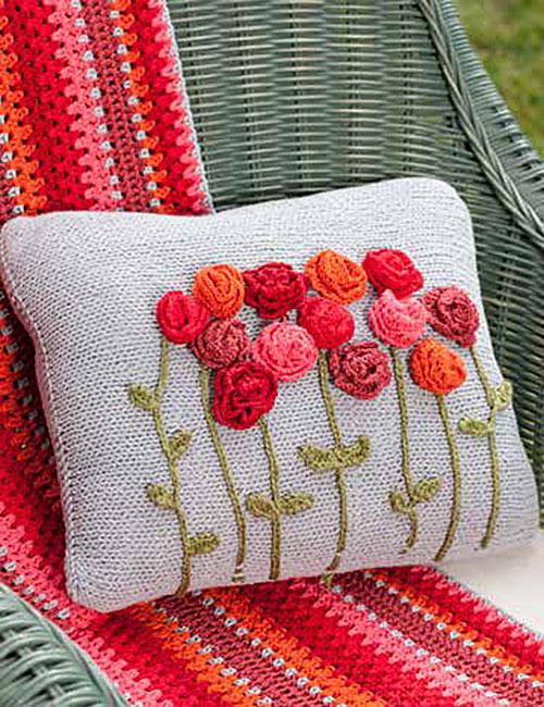 cojín y mantilla con flores a crochet